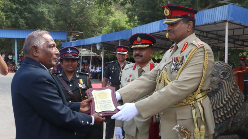 Major U.G. Wijekoon Banda receiving an award in recognition of his service to the organisation, from Director NCC Major General M.M.S. Perera.