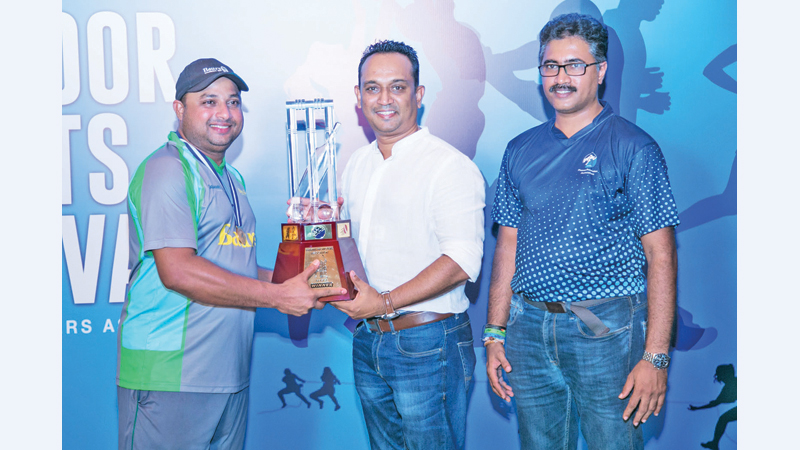The chief guest Pradeep Edward handing over the PPA Challenge Trophy to the winning captain of A Baur & Co. Also in the photo is Mahinda Jayasundara – PPA Project Chair.