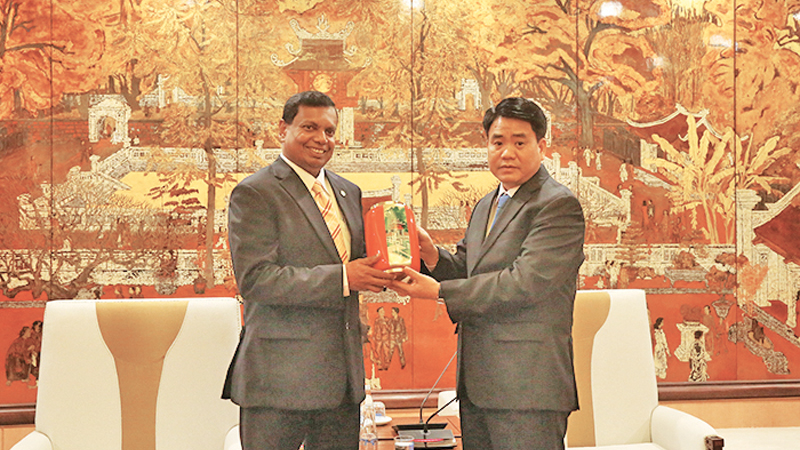 Mementos being exchanged between Sri Lankan Ambassador to Vietnam Prasanna Gamage and Chairman of the People's Committee of Hanoi  Dr. Nguyen Duc Chung.