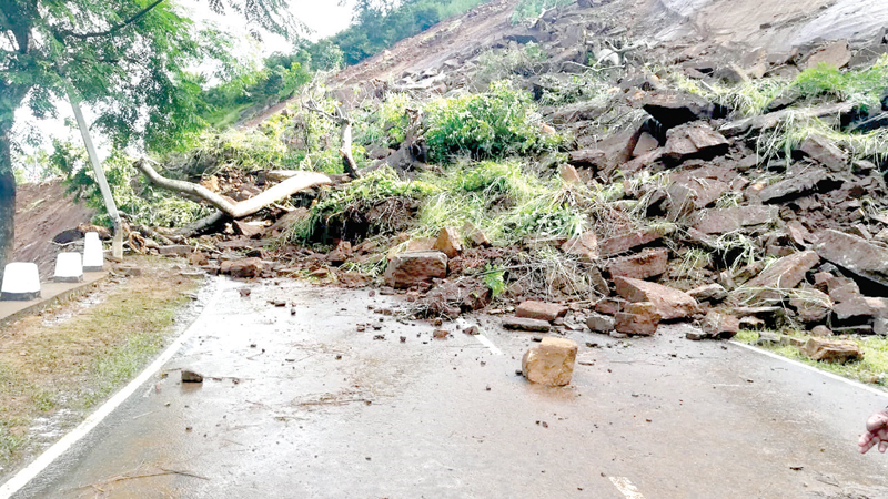 The Walapone-Kandy main road was blocked due to an earth slip. Picture by Asela Kuruluwansa