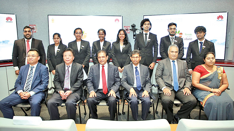Graduates with dignitaries and Huawei Sri Lanka Management at the ceremony