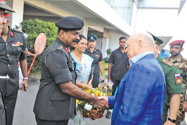 Chief of Staff of Sri Lanka Army Major General Sathyapriya Liyanage welcomes Russian Commander-in-Chief of Land Forces General Oleg Salyukov at the airport.