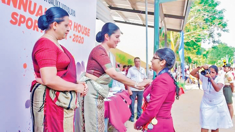 A student receiving a medal from the chief guest Dr.Seetha Arambepola