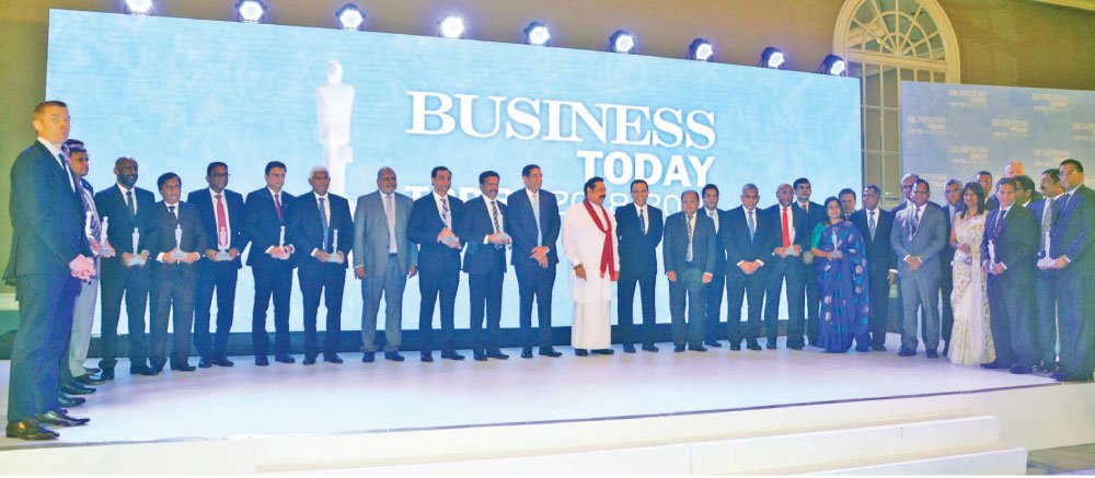 Prime Minister Mahinda Rajapaksa with the Top 30 winners. Pictures by Sudath Malaweera