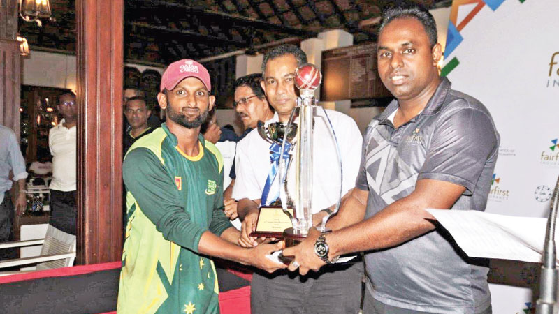 Gents winners Salota International (Pvt)Ltd receiving the champion trophy