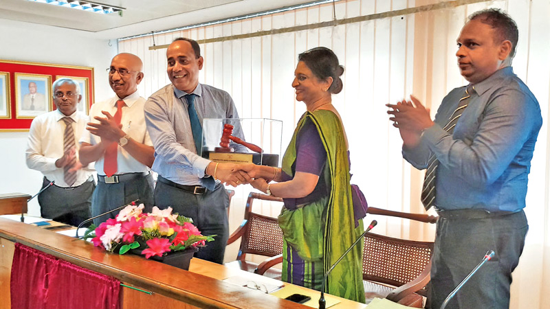 Outgoing president Ruwan Edirisinghe (left) hands over  the special plaque -symbol of authority to incoming president  Shirley Jayawardena (right) while newly appointed Senior Vice  president Keerthi Gunawradene, Gopalan Mahalingam (company secretary)  and Ajith D Perera (secretary General / CEO) look on.