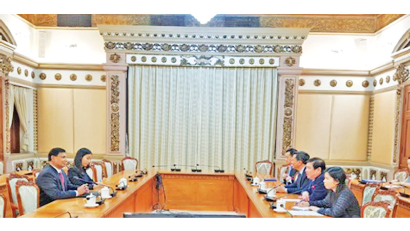 Ambassador Prasanna Gamage, Chairman of the Ho Chi Minh City People's Committee Nguyen Thang Phong, and other senior officials during the meeting.