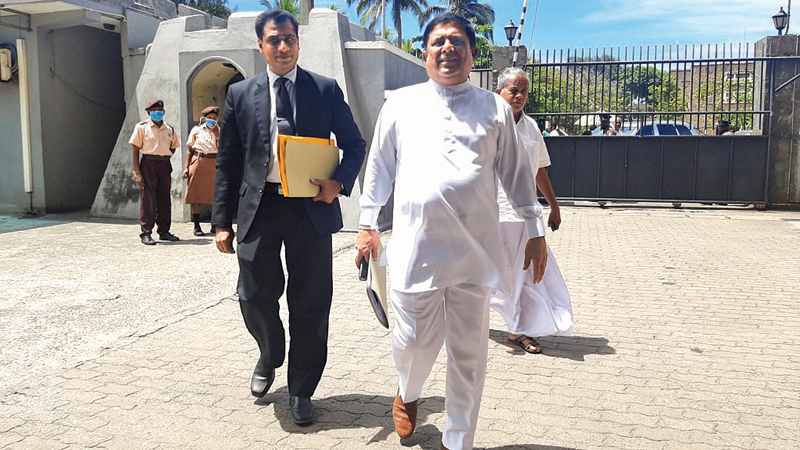 Former Parliamentariat Vajira Abeywardena arriving at the Galle District Secretariat to hand over the list of UNP nominees.