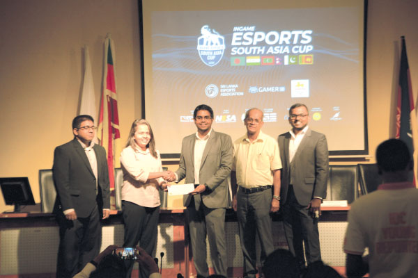 Representatives from P&S handing over the sponsorship to Ingame Entertainment offcials