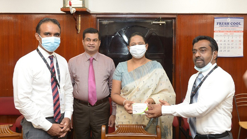 Shantha Bandara, Chief Operating Officer and Poravi Balasundaram, General Manager  Marketing of Sunshine Pharmaceuticals hands over the HCQ tablets to Pavithra Wanniarachchi, Minister of Health, Nutrition and Indigenous Medicine and Kanchana Jayarathna, Private Secretary to the Minister of Health.