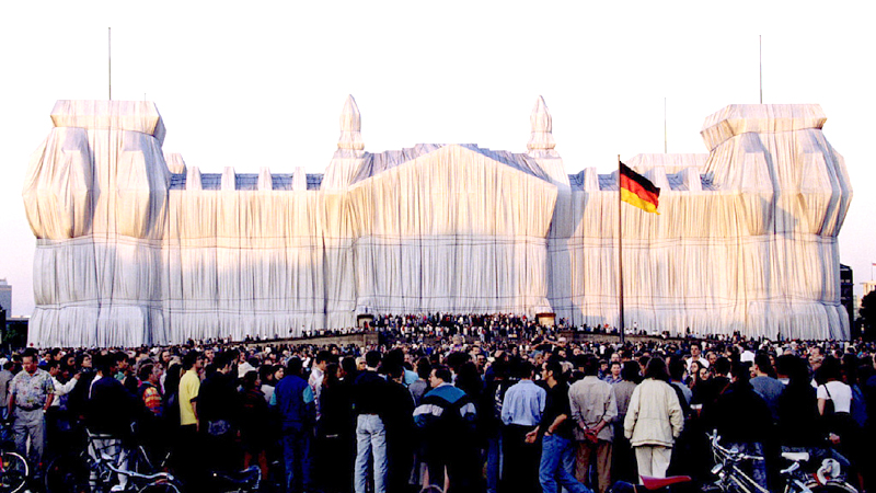 Thousands of visitors watch the sunset at the German Reichstag wrapped with silver polypropylene fabric, an art work prepared by Christo Vladimirov Javacheff, in Berlin, Germany, June 25, 1995.