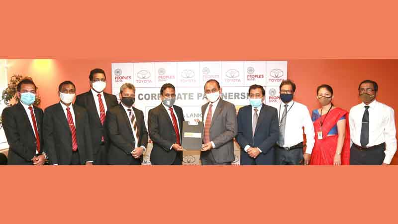 People's Bank and Toyota Lanka Limited exchanging the MOU.