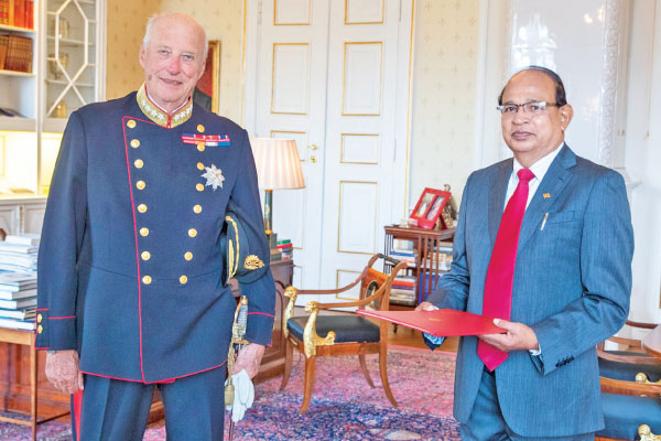 Ambassador Godfrey Cooray with King Harald V.