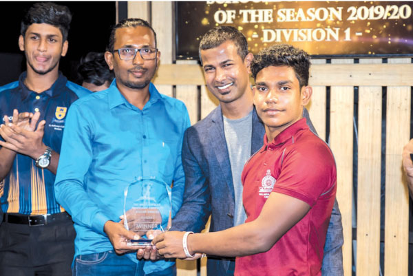 Avishka Perera receiving the trophy from Sri Lankan cricketer Nuwan Kulasekara and Kumar Gamhewage, Managing Director of the www.batsman.com.