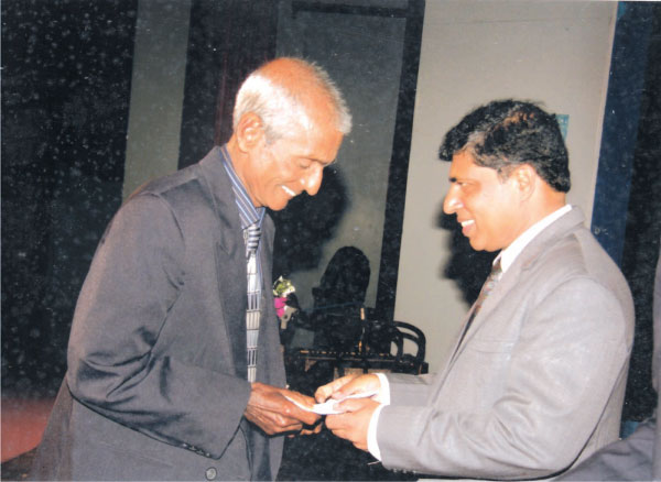 Carl Fernando being felicitated by the Secretary of the Sports Ministry. (Picture by Dilwin Mendis, Moratuwa Sports  Special Correspondent)
