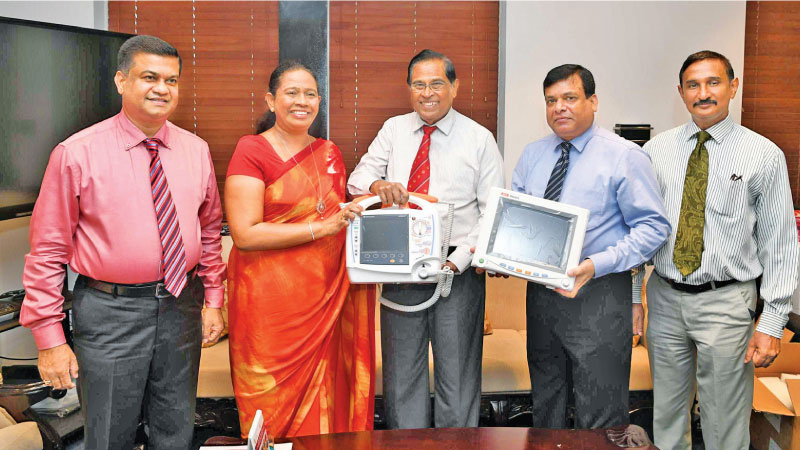 Health Minister Pavithra Wanniarachchi, P.H.D.Waidyathilaka, NHSL Director Dr. W.K.Wickramasinghe, Kanchana Jayaratne and a Health Ministry official at the donation.