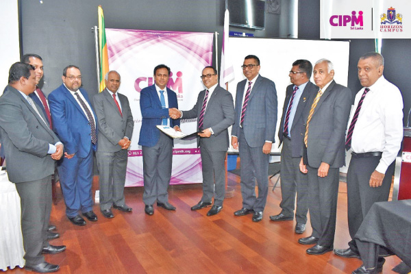 Jayantha Amerasinghe President, CIPM Sri Lanka and Upul Daranagama Chairman, Horizon Campus exchanging the MoU flanked by officials of CIPM and Horizon Campus