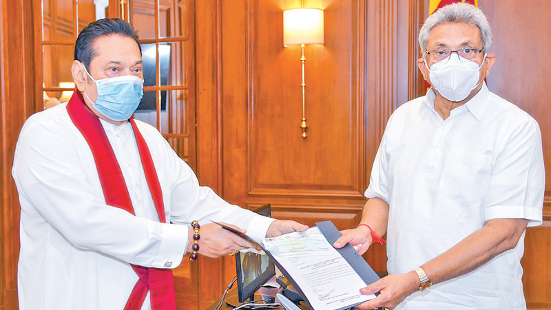 Thd relevant cheques regarding the 'ITUKAMA' COVID-19 Healthcare and Social Security Fund balance which has now surpassed Rs.1693 million being handed over by Prime Minister Mahinda Rajapaksa to President Gotabaya Rajapaksa. Picture courtesy President's Media Division