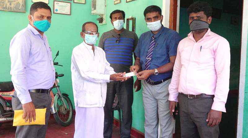 "Dr. K.L.M. Nakfer handed over ""Suwadaranee"" (Immunity booster packets) to an artist at the Alayadivembu DS Division on Friday (13) to mark International Ayurvedic Day. Medical Officer in Charge of the Hospital Dr. A.R. Hafeel, Divisional Secretary V. Pabakaran, Cultural Officers M.S.Jahufar and S. Kokulathas were also present. Picture by M.A. Phakurdeen – Addalaichenai Group Correspondent"