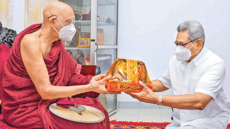 President Gotabaya Rajapaksa called on the newly appointed Chief Prelate of the Sri Lanka Ramanna Maha Nikaya, Most Ven. Makulewe Wimala Nayaka Thera and received the Chief Prelate's blessings. Picture courtesy President's Media Division