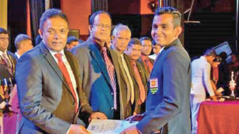 Santhush Dissanayake receiving Certificate at the Colours Nite from the Chief Guest, Senior Prof. of University of Colombo,Ranil S.Dissanayake