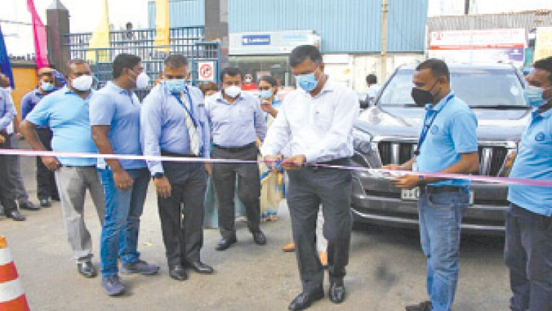 Rohana Dissanayake, Chairman, David Pieris Group of Companies cuts the ribbon to open the HydeParking. DPMC Director Vehicle Sales, Naalaka Madugalle, Chief Marketing Officer Samantha Silva are also in the picture.
