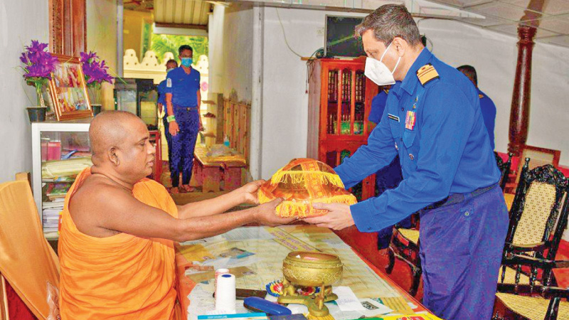 Navy Commander Vice Admiral Nishantha Ulugetenne paid homage to the Muhudu Maha Viharaya and called on its Chief Incumbent Thera to receive his blessings.