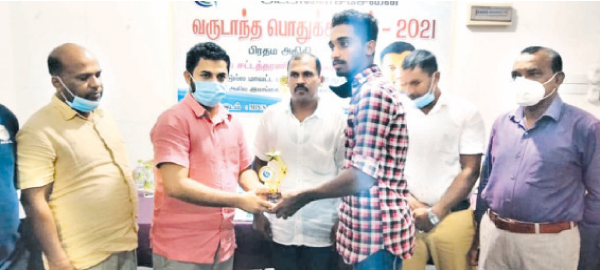A winner receiving a memento from the Chief Guest, Muszharaff Muthunabeen. Picture by L. RIZAN, Addalaichenai Central Corr