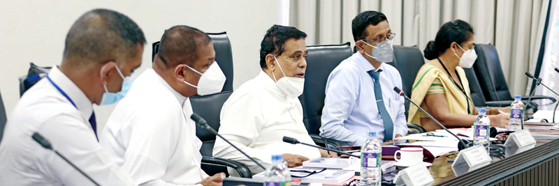 Labour Minister Nimal Siripala de Silva (Centre) along with State Minister Piyankara Jayaratne and others chairing the meeting.