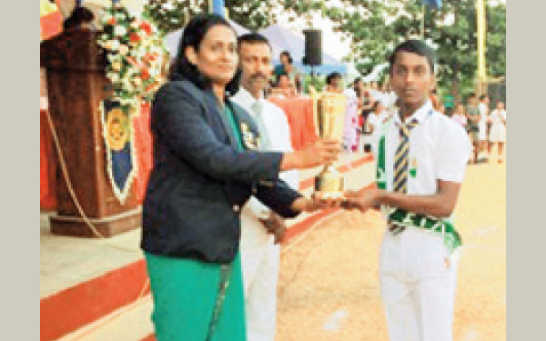 Nipuna Nuwan receiving a trophy for Tennis from the Chief Guest. Pictures Upananda Jayasundera-Kandy Sports Spl.Corr