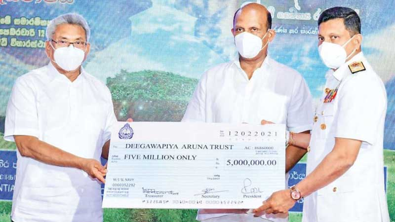 Commander of the Navy Vice-Admiral Nishantha Ulugetenne handing over the cheque to President Gotabaya Rajapaksa.