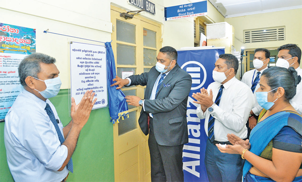 Gany Subramaniam, Chief Executive Officer, Allianz Insurance Lanka Limited, unveils a plaque at the District General Hospital Negombo in the presence of representatives from the hospital and Allianz Insurance Lanka Limited