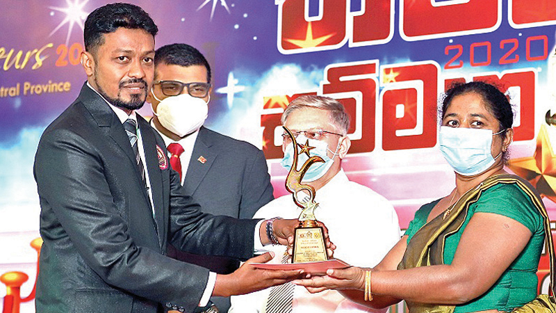 Selco Lanka MD Nuwan Jayasooriya receives the award.