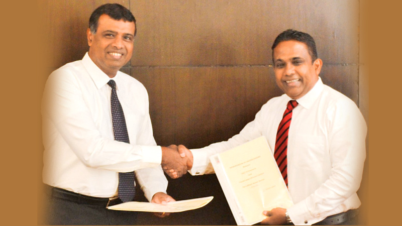Kithsiri Gunawardena, CEO of LOLC GI and Manohara Atukorala, MD/CEO of Toyota Lanka exchanging the MOU for new insurance scheme