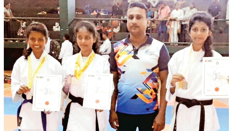 Nikini Sandalekha is standing extreme right in the picture with her Coach and her two younger sisters. (Picture by Dilwin Mendis, Moratuwa Sports Special Correspondent)