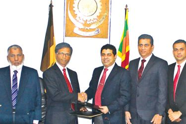 Vice Chancellor Professor Ananda Jayawardena exchanging the MoU with Dr. Nayana Dehigama, Executive Chairman and Managing Director of Epic Technology Group. Shantha Yapa, COO Epic Research and Innovations, Pradeep Carvalho, Vice President Corporate Communication Epic Lanka and the Registrar of the University of Moratuwa, Sadique were also present at the signing.