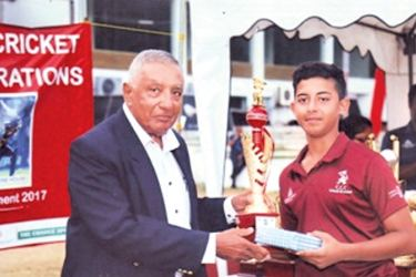 Mutahhar Nasir of Sobers House receiving an award for his outstanding allround performances at the Pepsi cup India, April 2017, from Nelson Mendis, Director of Coaching at CCC School of Cricket.