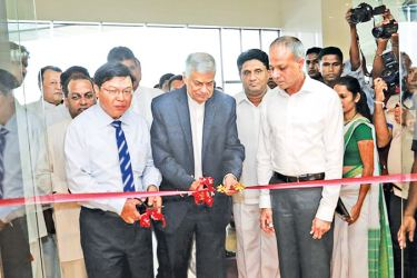 Prime Minister Ranil Wickremesinghe, Chinese Ambassador, Yi Xianliang, Sajith Premadasa Minister of Housing and Construction and Sagala Ratnayaka, Minister of Law and Order and Southern Development at the opening.