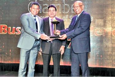 Jiffy Products Sri Lanka Managing Director Ruwan Rajapakse receiving the Gold Award for the Excellence in Global Market Reach from Patrick Alwis in the presence of Sujeeve Samaraweera