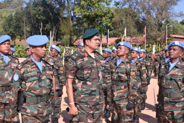 Major General Piyal Wickramaratne inspecting the Guard of Honour.