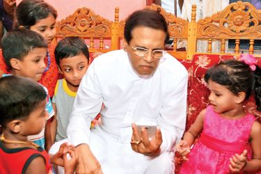 President Maithripala Sirisena speaking to Dinulya Chanadi and her friends.   (Picture courtesy President's Media Division)