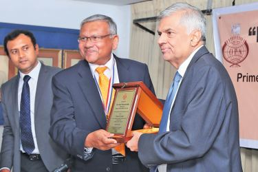 OPA  President Lalith Wijethunge presents a memento to Prime Minister  Ranil Wickremesinghe on the occasion.  Picture by Malan Karunaratne