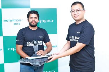 OPPO Lanka Marketing Manager Arron Yao handing over an awards