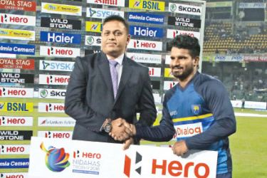 "Laleendra Brahamanna, General Manager - Abans, presenting ""Hero Man of the Match"" award of the 1st T20 Hero Nidahas Trophy cricket match to Kusal Perera on behalf of Hero MotoCorp"