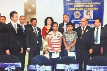 Lions Governor Shama de Silva with the two students.  Picture by Mahanama Vithanage, Malwana Group Corr.