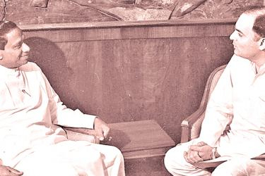 Prime Minister  Ranasinghe Premadasa with his Indian counterpart Rajiv Gandhi in 1988.