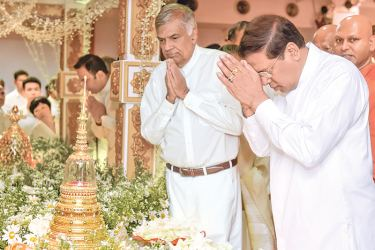 President Maithripala Sirisena and Prime Minister Ranil Wickremesinghe at the  Sacred Relics Exposition. Picture by Sudath Silva.