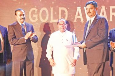 A senior official from Thalis Restaurent receiving the Gold award from Chief Minister of Western Province, Isura Dewapriya