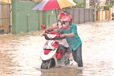 Incessant rain experienced in Galle on Saturday night submerged houses, shops and several roads, obstructing transport services. Picture by S. Deeyagahage, Southern Province Roving Corr.