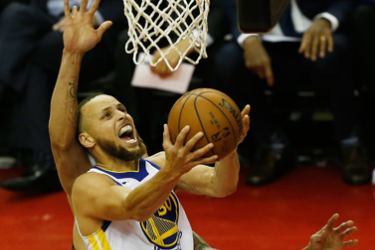 Two-time NBA MVP Stephen Curry (right) scored 22 points for the Warriors but was on the losing side again. AFP